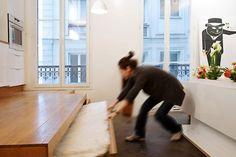 L'estrade de la cuisine renferme également un lit d'appoint pour recevoir des invités. Il suffit de pousser la table après l'avoir repliée pour en sortir un lit coulissant d'1,40m