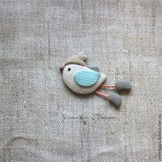 Купить или заказать Птичка зима (2). Брошь в интернет-магазине на Ярмарке Мастеров. Все броши сделаны из цветной полимерной глины вручную, без окрашивания. Цвета не выгорают и не тускнеют. Поверхность фактурная, объемная, бархатистая. Достаточно легкие, не оттягивают одежду. Полимерная глина достаточно прочная, но все-таки стоит относиться бережно: не ронять, не царапать, не гнуть и не подвергать сильному загрязнению. Много брошей не бывает. Носите каждый день с удовольствием!
