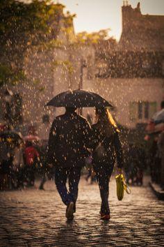 Paris Lovers in the rain - in Montmartre