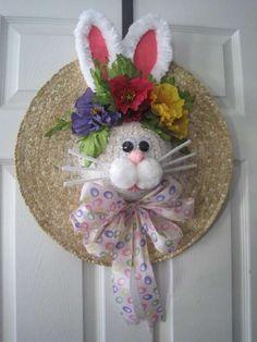 Couronne de Pâques lapin avec un chapeau de paille.  16 idées irrésistibles de couronnes de Pâques