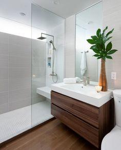 Cuarto de baño pequeño con suelo y detalles de madera color caoba y plato de…