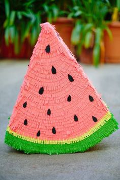 Pinata trend is huge at the moment, and it has become a staple of any party. Among many, many DIY pinata ideas, there is surely something for anyone's taste. Here, we bring the most fun pinata ideas to brighten up a girl party. Pinata Party, Festa Party, Diy Party, Watermelon Birthday Parties, Watermelon Dessert, Watermelon Cupcakes, Watermelon Party Decorations, Watermelon Crafts, Ladybug Cupcakes