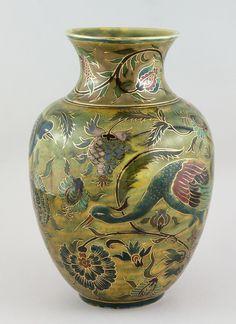 Zsolnay Váza - 'perzsa' stílusú dekorral, madarakkal 1890 körül. Porcelánfajansz színes mázakkal festve M. 29 cm jelezve ZV Pécs  IMM gyűjtemény