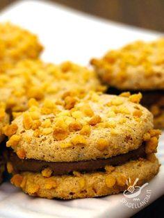 Biscuits filled with hazelnut gianduja - I Biscotti alle nocciole con gianduia: frollini alle nocciole friabili e saporiti, resi super golosi grazie alla squisita crema al cioccolato gianduia.
