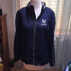 ⚾️Women's Yankees Windbreaker⚾️ Women's Yankees Windbreaker • Size Large • in excellent condition • Purchased from Yankee Stadium • Hood included MLB Genuine Merchandise Jackets & Coats Utility Jackets