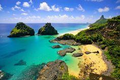 Listado como Patrimônio Mundial Natural pela Unesco, a paradisíaca ilha de Fernando de Noronha possui areias douradas, um mar em tons de azul turquesa e verde esmeralda, vida marinha rica e encantadora, e restaurantes charmosos.
