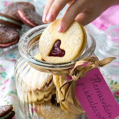 Leivo herrasväen pikkuleivät lahjaksi! Osta kaunis purkki ja tee pakettikortista nimilappu. Nämä täytekeksit ovat täydellisiä esim. ystävänpäivänä.