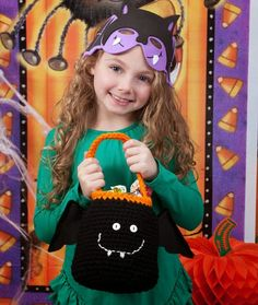 Free #Crochet Patterns and Tips: Bat trick or treat bag for #Halloween