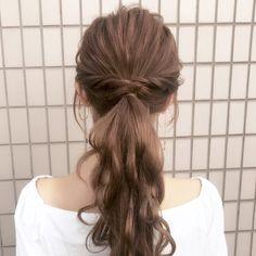 仕上げにほぐすのがコツ♡ゆるっと簡単「ひとつ結び」アレンジ10選 - LOCARI(ロカリ) Graduation Hairstyles, Wedding Hairstyles For Long Hair, Messy Hairstyles, Bridal Hairstyle, Hear Style, Different Hair Types, Hair Arrange, Japanese Hairstyle, Bridesmaid Hair