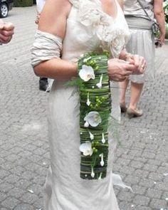 Een afhangend bruidsboeket met Orchideeën & Stephanotis