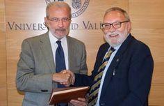 La Universitat signa un conveni amb l'IVAM i un altre per conservar la Col·lecció de Ciències Naturals P. Ignacio Sala