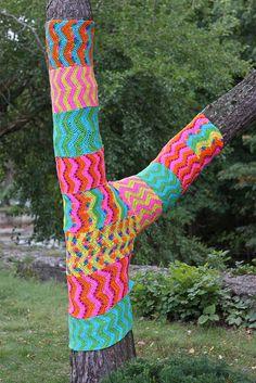 Zig-zag tree yarnbomb