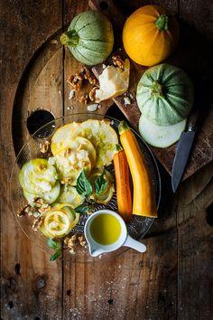 Para el Carpaccio de Calabacín se corta en rodajas finas y se deja macerar con aceite de oliva virgen extra, la suavidad del calabacín realzará el sabor