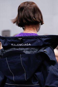 Balenciaga Fall 2016 Ready-to-Wear Fashion Show Details: See detail photos for Balenciaga Fall 2016 Ready-to-Wear collection. Look 25 Couture Fashion, Fashion Show, Fashion Outfits, High Fashion, Paris Fashion Week 2016, Balenciaga Mens, Mode Style, Vogue Paris, Fall 2016