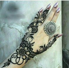 Simple Mehendi designs to kick start the ceremonial fun. If complex & elaborate henna patterns are a bit too much for you, then check out these simple Mehendi designs. Mehndi Designs 2018, Modern Mehndi Designs, Mehndi Designs For Fingers, Beautiful Mehndi Design, Henna Tattoo Designs, Bridal Mehndi Designs, Mehandi Designs, Arabic Henna Designs, Bridal Henna