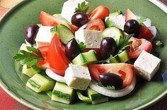 7 вкусных салатов без майонеза<br><br>1. Салат овощной с маслинами и фетой<br><br>Игредиенты:<br>помидоры — 200…