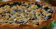 En lättbakad blåbärspaj med mandel som blandas i smuldegen och strös på toppen. Servera pajen med en underbart god hemlagad vaniljsås.
