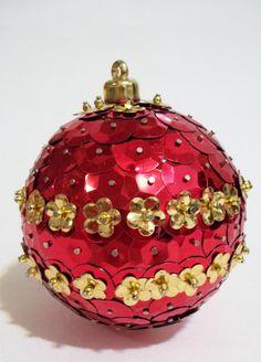 Bola pingente com paetês metalizados vermelho com flores douradas sobrepostas, alfinetados e colados