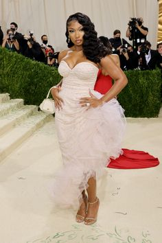 """Fashion's biggest night is here, and the theme is """"In America: A Lexicon of Fashion,"""" a true celebration of American fashion. Tap the link to see every single #celebrity #redcarpet arrival. Celebrity Look, Celebrity Dresses, Met Gala Outfits, Valentino Gowns, Met Gala Red Carpet, Costume Institute, Celebs, Celebrities, Dress To Impress"""