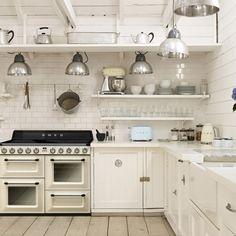 Helle Küche mit Victoria Kochzentrum TR4110, Wasserkocher, Toaster und Küchenmaschine von SMEG. Mehr unter www.smeg.de