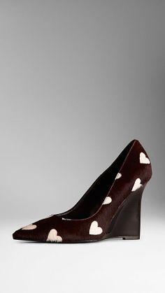 Décolleté in pelle di vitello con zeppa e stampa a cuori | Burberry Seguici diventa nostra fan ed entrerai nel mondo fantastico del Glamour  Shoe shoes scarpe bags bag borse fashion chic luxury street style moda donna