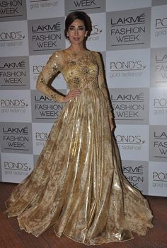 Karisma Kapoor at Vikram Phadnis's show at LFW, August 2013