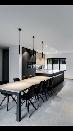 The post Nice black chairs. appeared first on Lampen ideen. Contemporary Kitchen Design, Modern House Design, Interior Design Living Room, White Kitchen Chairs, Sweet Home, Cuisines Design, Living Room Kitchen, Living Rooms, Dining Room Design