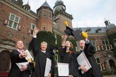 Uitreiking Modulair Executive MBA-diploma's en Professor van het jaar 2013-2014  Vrijdag 7 november ontvingen vier deelnemers van de Modulair Executive MBA in Business & IT hun diploma in de Ridderzaal van het kasteel van Nyenrode Business Universiteit. Nyenrode feliciteert de afgestudeerden met het behalen van hun MBA-diploma.  http://newsroom.nyenrode.nl/uitreiking-modulair-executive-mba-diplomas-en-professor-van-het-jaar-2013-2014/