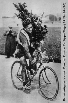 Tour de France 1913. 27-07-1913. 15^Tappa. Dunkerque - Parigi. Parc des Princes. Philippe Thys (1889-1971) al giro d'onore. Trionfatore a Parigi per la prima volta, bisserà il successo nel 1914 e vincerà il suo terzo Tour nel 1920.