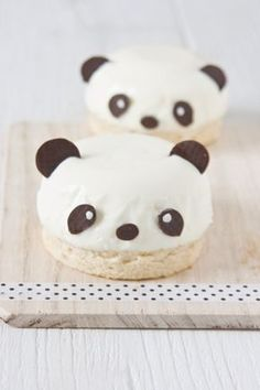Pandas. Pandas of panna cotta and cake by #littlecook.  http://www.littlecook.es/index.php/es/little-cook/317-osos-panda-de-pannacotta #osospanda , #panacota