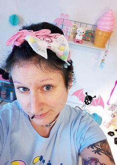 Je suis en mode kawaii pastel aujourd'hui :) Je porte les articles de ma boutique. Le bandana rose pastel, la barrette kawaii tulle rose, le t-shirt poney arc-en-ciel. Plus d'infos dans ma boutique FREAKY PINK ^^