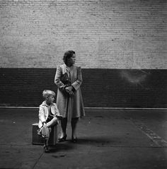 Esther Bubley - Waiting for the bus, 1943. °