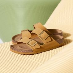 Discover new sandals and shoes for the season. Birkenstock Men, Birkenstock Arizona, Vegan Sandals, Snug, Classic Style, Clogs, Spring Summer, Heels, Arch
