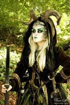 Halloween Kostüm idee wald frau makeup hörner