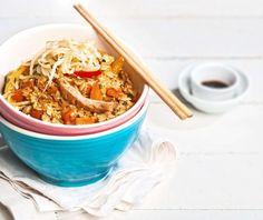 Κινέζικο ρύζι με κοτόπουλο και λαχανικά στο τηγάνι. Εύκολο και γρήγορο, με όλη τη νοστιμιά της Ασιατικής κουζίνας, έτοιμο σε 10'. Canapes Recipes, Food Categories, Japchae, Food Dishes, Food Styling, Food Art, Risotto, Recipies, Yummy Food