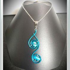 Collier en métal argenté et torsades bleues