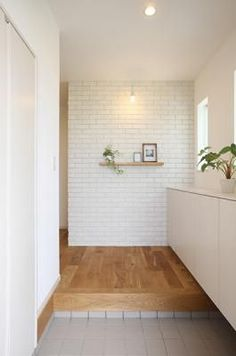 レンガタイルがあたたかみを醸し出す玄関ホール。大容量の玄関収納をあわせもち、機能とデザインを両立した設計提案としています。 Japanese Door, Japanese House, Zen Design, House Design, Car Porch Design, Modern Japanese Interior, Minimal Home, House Entrance, Home And Deco