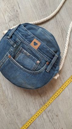 Tasche Jeans diy bag and purse Diy Jeans, Diy Bags Jeans, Sewing Jeans, Diy Bags Purses, Diy With Jeans, Fabric Purses, Denim Bags From Jeans, Making Purses, Artisanats Denim