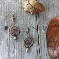 Spiral earrings made with antique bronze colored copper wire and Autumn Jaspis. ~ Spiralörhängen av antikt bronsfärgad koppartråd och Höstjaspis.  ✒Please remember that the actual color can vary slightly due to monitor settings.