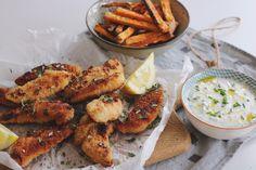 Den perfekta helg middagen med hemmagjorda chicken nuggets, krispiga sötpotatispommes och en enkel yoghurtdipp.