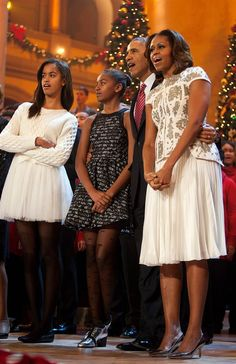"""President Barack Obama and first lady Michelle Obama, along with daughters Malia (left) and Sasha, sing during the finale of TNT's """"Christmas in Washington"""" **** MoooOOOooorning Early Birds, Happy Monday! Barack Obama Family, Malia Obama, Michelle Obama Fashion, Michelle And Barack Obama, Obama Daughter, First Daughter, Joe Biden, Durham, Presidente Obama"""