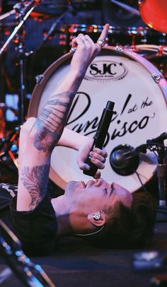 All that running around on stage, deserves a few moment of relaxation. Brendon Urie of Panic! At The Disco serenades the crowd during a show. Brendon Urie, Emo Bands, Music Bands, Paramore, Indie, Panic! At The Disco, Pop Punk, Fall Out Boy, My Chemical Romance