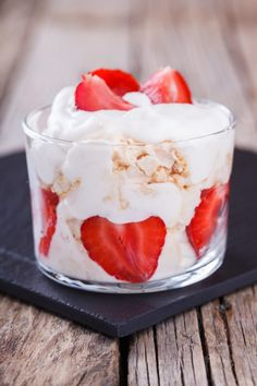 5 desserts pour les flemmardes In a verrine, your dessert will be prettier! Like this pavlova-style jar. Find our other quick dessert ideas on /// Eton Mess, Pavlova, Breakfast Recipes, Dessert Recipes, Fruit Shakes, Summer Desserts, Vegan Recipes Easy, Eating Plans, Nutritious Meals