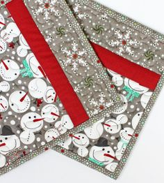 Add a little holiday spirit to your kitchen with these snow-themed potholders!    The front of these potholders are made from a snowman print fabric paired with a snowflake print and a coordinating solid red. Cant get enough of those sweet snowmen? The backing and binding are made from the snowman print too!      Each potholder is made out of very high quality materials. Sandwiched between the outer layers are two layers of insulation to protect your hands - one is 100% cotton batting and…