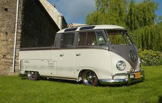 check out the the corner roof windows. Vw T1 Camper, Volkswagen Transporter, Volkswagen Bus, Volkswagen Beetles, Vintage Vans, Vintage Trucks, Old Trucks, Kombi Pick Up, Combi T1