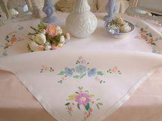 Gracieuse petite nappe en lin brod�e � la main de bouquets de fleurs 1940-50