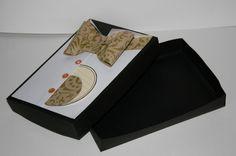Idée emballage cadeau fait main pour la fête des pères en forme de costume et son nœud papillon.
