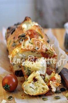 Cake tomates-féta 75 g de féta, 1 yaourt nature, 100 g de tomates séchées, 3 oeufs, 175 g de farine, 1/2 sachet de levure chimique, 3 cuillères à soupe d'huile d'olive, 2 cuillères à soupe de lait, sel, poivre.