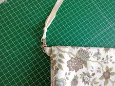 lamoiss: COMO HACER UN BOLSO MUY SENCILLO Projects To Try, Embroidery, Sewing, Fabric, Bags, Handmade Bags, Fabric Handbags, Fabrics, Dog