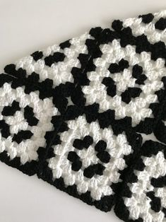 Transcendent Crochet a Solid Granny Square Ideas. Inconceivable Crochet a Solid Granny Square Ideas. Crochet Motifs, Granny Square Crochet Pattern, Afghan Crochet Patterns, Crochet Squares, Crochet Stitches, Knitting Patterns, Crochet Bedspread Pattern, Granny Squares, Crochet Blanket Edging